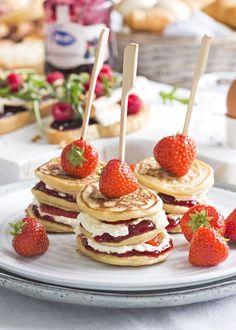 Muttertagsbrunch: Erdbeerpfannkuchen und Croissant-Brot-Pudding - Laura & # s Bake . Birthday Brunch, Brunch Party, Easter Brunch, Kreative Desserts, Mini Pancakes, Mini Donuts, Good Food, Yummy Food, Think Food