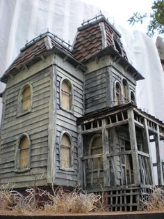 mini Bates' Mansion from Psycho ~ the artists will also make a haunted version of your own house! Haunted Dollhouse, Haunted Dolls, Haunted Mansion, Haunted Houses, Abandoned Mansions, Abandoned Buildings, Abandoned Places, Abandoned Castles, Creepy Houses