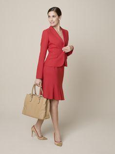 Rot – von Kopf bis Fuß ist dieser Look heiß begehrt. Wählen Sie Ihr #DOLZER #Kostüm in Rot doch einmal mit unserem Godetrock. Die verspielte schwingende Form nimmt die Strenge aus dem #Business-Look – nicht aber die Seriosität.