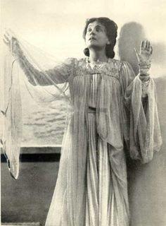 Eleonora Duse mentre interpretal la parte di Anna al Teatro Lirico di Milano nel 1901