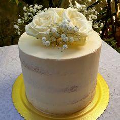 Bolo espatulado (semi naked), 3kg! - 20cm diâmetro, 16cm altura - Massa baunilha - Recheio brigadeiro gourmet frutas vermelhas - Cobertura buttercream - Decoração rosas brancas e mosquitinho (naturais)  #bolo #cake #nakedcake #naked #flores #natural #rosas #buttercream #artesanal #handmade #feitoamao #confeitaria #instafood #casamento #wedding #festa #maternidade #aniversario #birthday #chadebebe #batizado #buffet #corporativo #eduk #fotografia #photography #photo ##laurelinconfeitaria