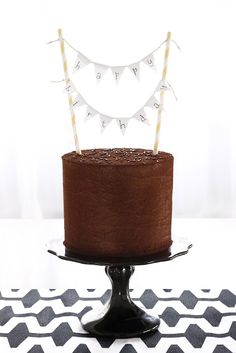I want this kind of flag thing on MY birthday cake / cupcakes. :)