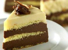 Receita de Bolo Três Mousses - bolo com a mousse de chocolate branco e leve à geladeira por 3 horas. Desenforme e decore com raspas de chocolate. Se quiser, substitua a mousse...