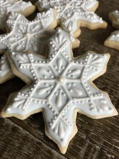 One of the 2018 snowflake designs Fancy Cookies, Iced Cookies, Cute Cookies, Christmas Sugar Cookies, Christmas Sweets, Christmas Baking, Sugar Cookie Royal Icing, Snowflake Cookies, Biscuits