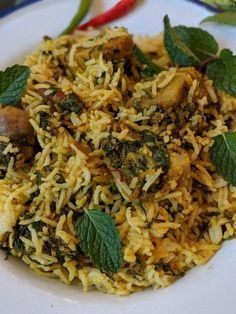 Aloo Palak biryani is a delicious one pot meal that comes together in under 30 minutes. Make this for a weeknight dinner and serve with plain yogurt for a filling, flavoursome meal. Chinese Food Recipes, Veg Recipes, Indian Food Recipes, Vegetarian Recipes, Dinner Recipes, Cooking Recipes, Cooking Tips, Chicken Pasta Recipes, Recipe Pasta