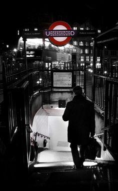#metro #underground #londres #bonsplanslondres #voyage #transport #nuit #signalisation
