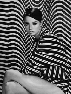 Op Art- Short for optical art, this was a style that created visual illusions through largely geometric patterns. These could be translated readily into fabric, and soon became a widespread fashion trend. Op Art, Victor Vasarely, Fashion History, Fashion Art, Vintage Fashion, Emo Fashion, Gothic Fashion, Mode Camouflage, Wow Photo