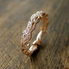 Blumen & Blätter ineinander und bilden ein zart fließendes florales Muster. Insgesamt 24 Diamanten sind inmitten von Blumen und Blätter. Dieser vielseitige Ring misst 4 mm breit, aber Ring Breite geändert werden kann. Dieser Ehering passt sich unsere Reben Verlobungsringe: