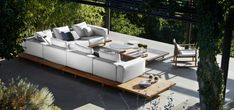 The outdoor Vis à vis sofa from Tribù has a modular design and no visible arm or back rests