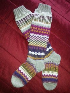 Anelmaiset, pitkät kirjoneule villasukat. Ohje löytyy Novitan sukkalehdestä.