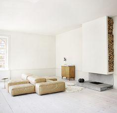 Una casa sagrada en Estocolmo Sofá modular Extrasoft de Piero Lissoni para Living Divani, mesita de bronce de Claesson Koivisto Rune y aparador de abedul de los años 50. Como alfombra, pieles de oveja, y junto a la chimenea, reloj-silla Thonet del artista austriaco Markus Hofer. Suelo de pino claro de Dinesen con tablones de 12,5 metros de largo. El salón mide 60 metros cuadrados.