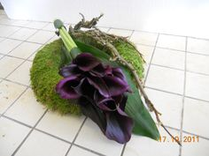 Wreath with dark callas Casket Flowers, Grave Flowers, Cemetery Flowers, Church Flowers, Fall Flowers, Funeral Floral Arrangements, Fall Flower Arrangements, Funeral Bouquet, Funeral Flowers