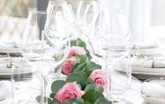 DIY: 3 vackra bröllopsdekorationer i grönt och rosa – så gör du en bordsgirlang med eukalyptus och rosor