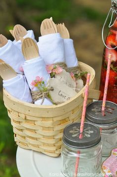 Scouting about for a perfectly styled picnic in New York Central Park? Kara's Party Ideas has featured a gloriously styled picnic just for you. Picnic Theme, Picnic Birthday, Fete Audrey, Picnic Bridal Showers, Comida Picnic, Party Box, Romantic Picnics, Picnic Foods, Picnic Recipes
