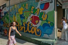 ブラジル・リオデジャネイロ(Rio de Janeiro)で、2002年のサッカーW杯日韓大会でのブラジル優勝を描いたグラフィティ(2014年4月8日撮影)。(c)AFP/CHRISTOPHE SIMON ▼26May2014AFP|W杯の「功罪」描き出すリオの落書きアート、ブラジル http://www.afpbb.com/articles/-/3014083 #Rio_de_Janeiro