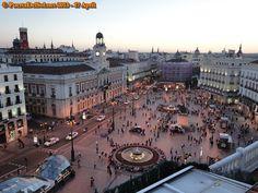 Raul aveva detto che la Puerta del Sol era il chilometro zero di tutta la Spagna. Il punto da cui si calcolavano tutte le distanze della nazione. Visit Madrid, Madrid Barcelona, Spain And Portugal, Spain Travel, Wonderful Places, Night Life, Paris Skyline, Places To Visit, Europe