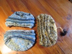 Nouvelle série de bonnets, toujours un fil filé au rouet et teint sur trois fils. Forme un peu extensible en hauteur pour plus de confort !