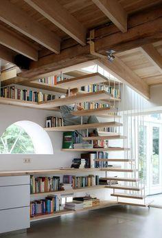 Dans un couloir, autour d'une porte, en guise de séparation de pièce, les idées sont nombreuses pour aménager un espace bibliothèque dans un intérieur