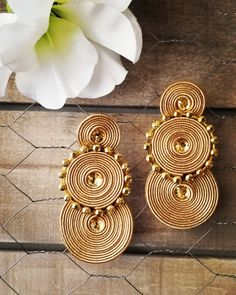 Soutache earrings lightweight and stylish Green Gifts, Soutache Earrings, Earrings Handmade, Jewerly, Projects To Try, Place Card Holders, Gold, Cards, Stylish