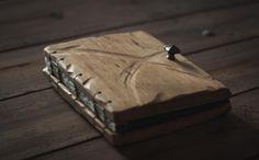 Drewniany album na zdjęcia  Album obity drewnianym deskami, do którego otwierania służą nasze uchwyty. Zwycięska praca w konkursie pt. Rustykalne Inspiracje.