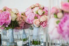 Bouquets ronds de mariée et demoiselles d'honneur, rose et blanc cassé.