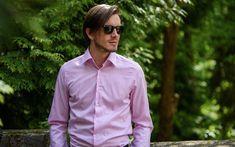 Vedeli ste, že ružová farba je jednou z najobľúbenejších košeľových farieb? A nielen pre dámy. Hodí sa k obleku, ale aj k nohaviciam alebo džínsom. Je moderná a má mladícky charakter no ešte stále si k nej mnoho pánov nevie nájsť cestu. Komu sa vlastne hodí a ako ju kombinovať? #stevula #pink #pinkshirt #ruzovakosela #muz #fotenie #style #smart #casual Smart Casual, Raincoat, Shirt Dress, Blog, Mens Tops, Jackets, Shirts, Dresses, Fashion