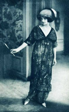 The first cited fashion photo shoot in 1911 by a young unknown called Edward Steichen / L'Art de la Robe, dress by Paul Poiret, 1911 Edward Steichen, Paul Poiret, Belle Epoque, Vintage Glamour, Vintage Beauty, Downton Abbey Fashion, 20th Century Fashion, Edwardian Fashion, Edwardian Dress