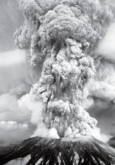 33 years later, volcano brings world travelers Natural Phenomena, Natural Disasters, Tornados, Photo Volcan, Lava, Volcan Eruption, Fuerza Natural, Erupting Volcano, Dame Nature