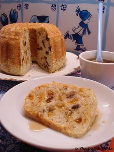 The Dutch Table: Poffert (Dutch Bread Cake) I grew up with it :) Dutch Oven Recipes, My Recipes, Cake Recipes, Dessert Recipes, Cooking Recipes, Favorite Recipes, Desserts, Danish Recipes, Typical Dutch Food