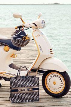 Scooters Vespa, Motos Vespa, Scooter Custom, Moped Scooter, Trike Bicycle, Motor Scooters, Vespa Retro, Vespa Vintage, Vintage Cars
