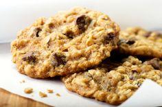 Estas galletas de avena llevan pasitas y quedan suaves. Les puedes agregar unas chispas de chocolate al gusto.