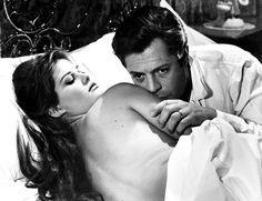 """1963, film culte où Claudia joue aux côtés du grand Marcello MASTROIANNI, dans un film de Fédérico FELLINI, """"Huit et demi"""" : un cinéaste dépressif fuit le monde du cinéma et se réfugie dans un univers peuplé de fantasmes... (affiche et photos du film)."""