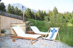 Badefass von www.sisu-sauna.at Outdoor Sauna, Indoor Outdoor, Outdoor Decor, Sauna Kits, Sun Lounger, Outdoor Furniture, Home Decor, Bathing, Corning Glass