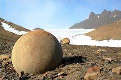 Des sphères géantes de roches différentes, un peu partout sur Terre
