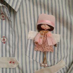 Очаровательные брошки-куколки ручной работы от Александры такие милые и трогательные. В них все продумано до мелочей, начиная от подбора одежды, заканчивая аксессуарами. Bunny Crafts, Cute Crafts, Felt Crafts, Felt Patterns, Embroidery Patterns, Christmas Angels, Christmas Crafts, Aarmau Fanart, Felt Wreath