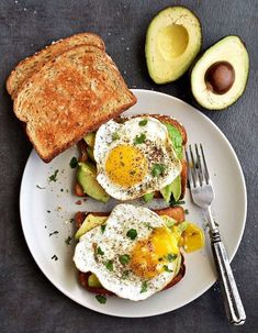 Healthy Avocado Toast… A Protein Packed Breakfast with Eggs and Avocado…! Simple, Nutritious, & Perfect for any meal of your day… All in 10 minutes… Rain, Rain, Rain… it's been raining crazy … # breakfast ideas healthy Avocado Egg Toast - Pepper Delight Healthy Desayunos, Plats Healthy, Healthy Meal Prep, Healthy Breakfast Recipes, Healthy Snacks, Healthy Eating, Healthy Recipes, Avocado Breakfast, Avocado Toast With Egg