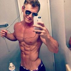 Guys with iPhones Skater Guys, Muscle Boy, Normal Guys, Hot Selfies, Shirtless Men, Guy Pictures, Mens Fitness, Body Fitness, Beautiful Boys