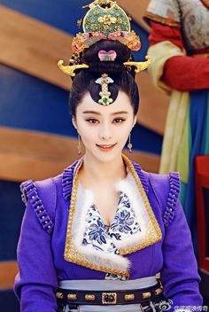 The Empress of China (simplified Chinese: 武媚娘传奇) is a 2014 Chinese television drama based on events in and Tang dynasty, starring producer Fan Bingbing as the titular character Wu Zetian—the only female emperor in Chinese history. Wu Zetian, Fan Bingbing, Traditional Fashion, Traditional Dresses, The Empress Of China, Chinese Clothing, Oriental Fashion, Chinese Actress, Chinese Culture