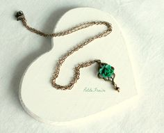 Flower pendant necklace in emerald green romantic by PetiteFraise, €18.00 #etsy #handmade #vintage #retro #flower #arabesque #jewelry #pendant #necklace #shabby #emerald #green
