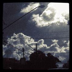 Nuvens e pombos na rua Estados Unidos.