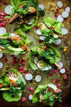 Crispy Salmon Lettuce Cups with Cilantro Tahini Sauce + Radishes & Avocado Clean Eating Recipes, Healthy Dinner Recipes, Yummy Recipes, Yummy Food, Salmon Recipes, Fish Recipes, Salad Menu, Lettuce Cups, Tahini Sauce