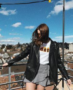 | Mini Saia + T-Shirt com Frase + Jaqueta de Couro |