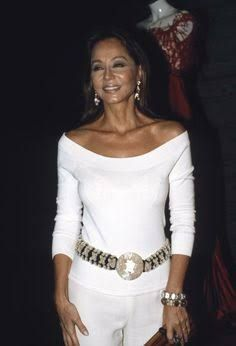 """Golden Needle"" prize awarded to Valentino and Pertegaz ""Golden. Socialite Isabel Preysler at the ""Golden Needle"" party for the Italian designer Valentino, 2004 Outfits Fiesta, Horst, Italian Fashion Designers, Advanced Style, Dress For Success, Elegant Outfit, Sexy Outfits, Blue Outfits, Tight Dresses"
