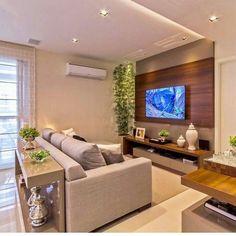 Sala de tv em tons sóbrios. O aparador é uma ótima opção para delimitar os ambientes e esconder as costas do sofá. Por Mariane e Marilda Baptista . Acompanhem nossos projetos no @depaulaenobrega
