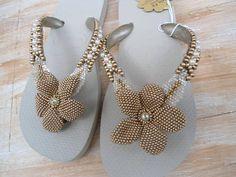 chinelo bordado em missangas douradas, com 2 folhas laterais e perolas nas laterais. R$ 85,00: