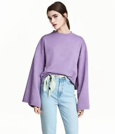 Sweatshirt in a straight, slightly shorter style. Low dropped shoulders, wide sleeves, and raw edges at cuffs and hem | H&M