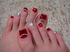 Pedicure en color rojo intenso. Con cristales.
