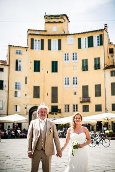Wedding couple in Lucca. Wedding in a Private Villa in Lucca. Yvonne & Jan. #wedding #photography #tuscany #lucca #villa #garden #ceremony #bestspot