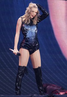 Taylor Swift sexy outfit with sheer nude fishnet pantyhose and knee length boots Taylor Swift Vestidos, Taylor Swift Fotos, Estilo Taylor Swift, Taylor Swift Style, Taylor Swift Pictures, Taylor Alison Swift, Taylor Swift Concert, Taylor Swift Wallpaper, Divas