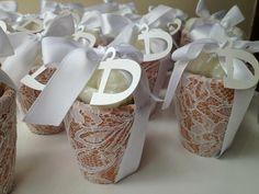 Pote de cerâmica com renda + sabonete perfumado com filó + Tag = linda e delicada lembrancinha para batizado ou nascimento